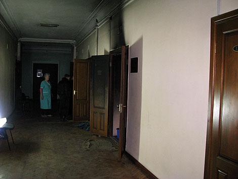 Коридор цокольного этажа вуза изрядно закоптился, в особенности близ сгоревшего медпункта.