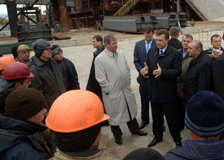 Глава Партии регионов нашел время пообщаться со строителями моста.