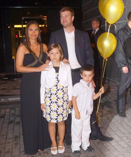 29-летняя Виталина осчастливила Виктора Ющенко званием дедушки уже в третий раз. У нее уже есть двое детей: 7-летняя Ярина-Доминика (от первого брака с Михаилом Гончаром) и 4-летний Виктор от Алексея Хахлева (на фото).