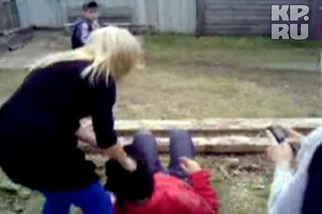 Как только Карина пыталсь поднятсья, Ксюша опрокидывала ее на землю и продолжала бить.