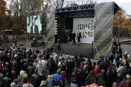 На вопросы жителей Дарницы лидер «Фронта перемен» отвечал около часа.