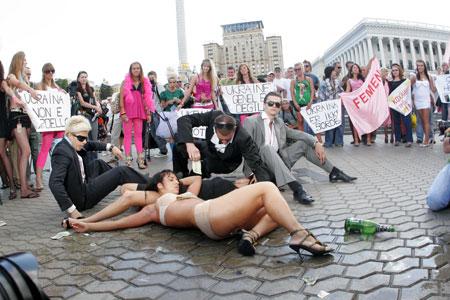 Акции феминисток публике нравятся куда больше, чем митинги коммунистов.
