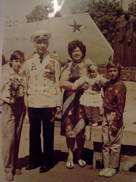 Степан (крайний справа) с дедом и бабушкой.