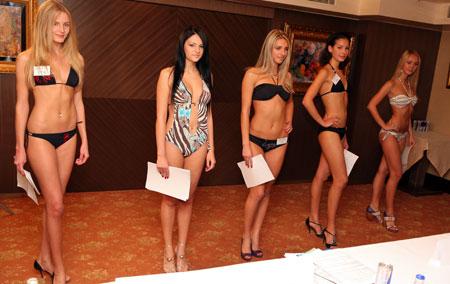 Участницы кастинга конкурса красоты