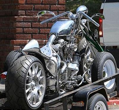 Брэд Питт увеличивает свой мотопарк. Фото visordown.com.