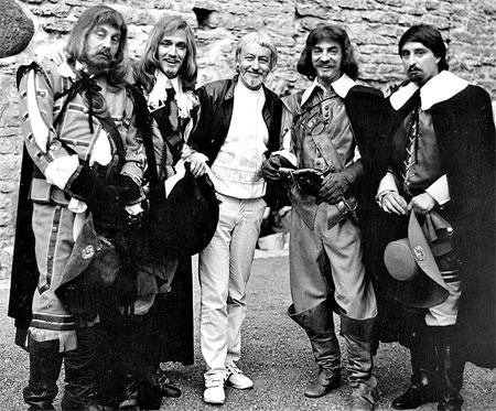 Георгий Юнгвальд-Хильевич (в центре) со своими любимыми актерами из его фильма «Д'Артаньян и три мушкетера».