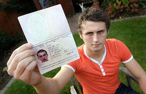 Даже девушка на первом свидании попросила его показать паспорт. Она считала, что Гарри ее разыгрывает. Фото: www.dailymail.co.uk.