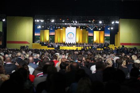 Из 450 городов и 490 районов на съезд Народной партии съехались десятки тысяч людей, среди которых 12 Героев Украины и Социалистического труда.