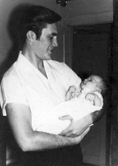 Молодой Янукович держит на руках старшего сына Александра.