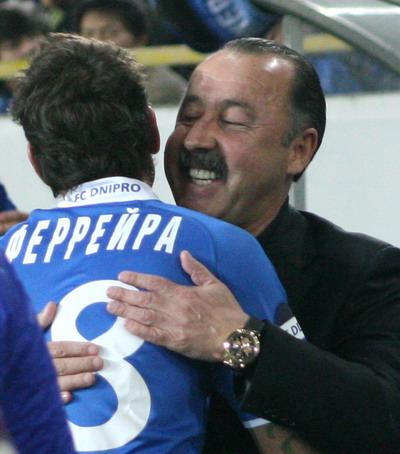 Несмотря на кипевшие страсти, в перерыве Осмар Феррейра и Валерий Газаев нашли минутку чтобы вспомнить, как они вместе «служили» в московском ЦСКА