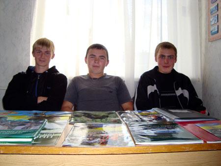 Слева направо - Александр Бондаренко, Олег Царенко и Олег Кмин: - Служба в армии для нас - единственный выход!