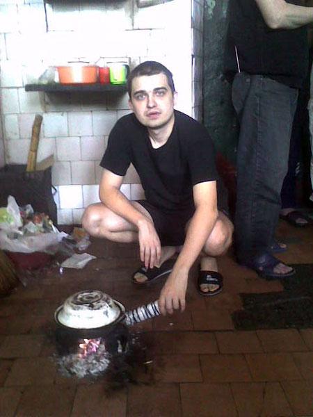 Павел Ильченко в камере Лукьяновского СИЗО. Так там готовят и разогревают пищу - на факелах из полиэтилена и туалетной бумаги.