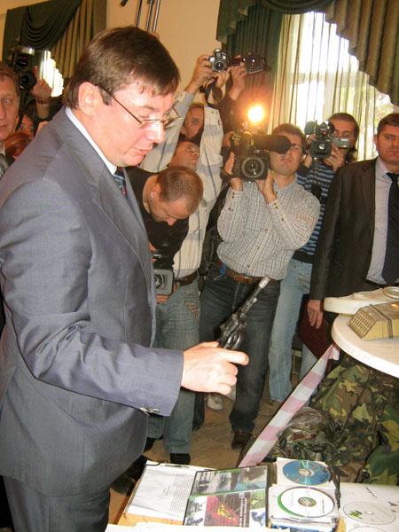 Министр внутренних дел Юрий Луценко рассматривает трофеи.