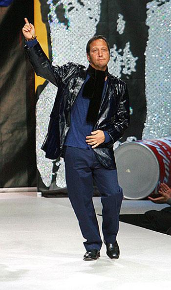 Голливудсккий комик Роб Шнайдер лихо отплясывал под Джексона. Одежда от Шияна и Рудковской пришлась ему по вкусу. Фото: Андрей КАРА.