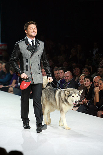 Сергей Лазарев вышел на подиум с огромным псом. Фото: Андрей КАРА.