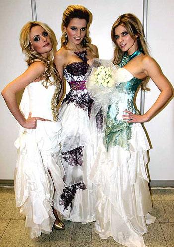 Девчонки решили, что, надев свадебные платья, не прогневают судьбу.