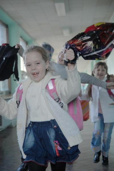 Ура! Уроки закончились! Синичкин, догоняй! Фото Ирины МАКУШИНСКОЙ.