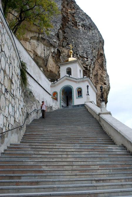 Несколько лет назад у Свято-Успенского монастыря произошло одно из самых больших в Крыму столкновений татар и славян. Но совсем не по религиозным причинам - делили землю.