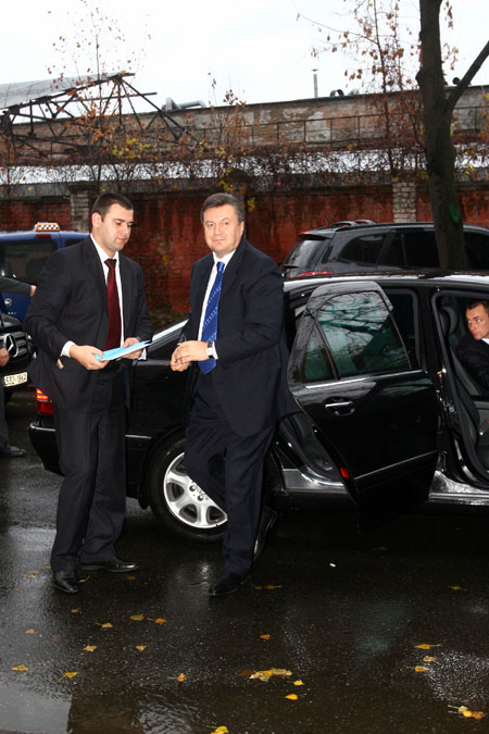 Несмотря на хмурую погоду, политик был улыбчив и полон энергии.