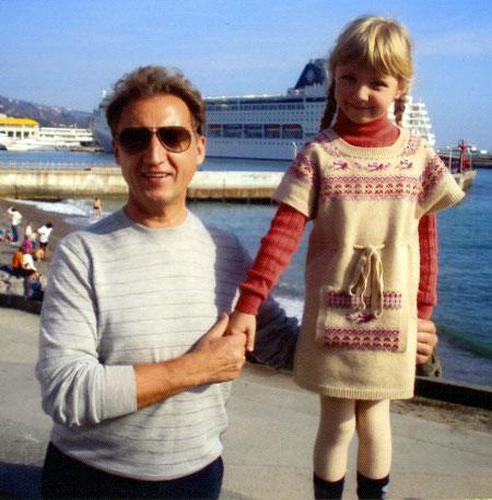 Министр с младшей дочкой на Черноморском побережье.