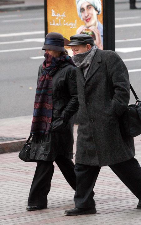 В Украине такого еще не было: и старики, и молодежь выходят на улицу в масках или укутавшись шарфами.