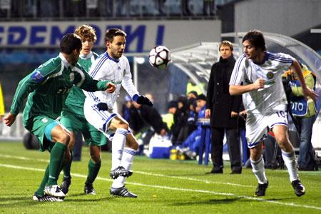 Нинкович (c мячом в центре) стал автором единственного гола киевлян, хотя неплохие шансы забить были и у Милевского.