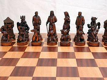 Уникальные шахматы вместе с ларцом весят около 40 килограмм. Фото: предоставлено агентством ИнтерМедиа.