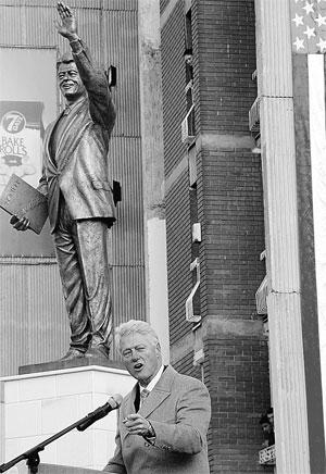 Неважно,что памятник не похож на оригинал. Главное – Клинтон нашел людей, благодарных ему за бомбежку Сербии. Фото РЕЙТЕР.