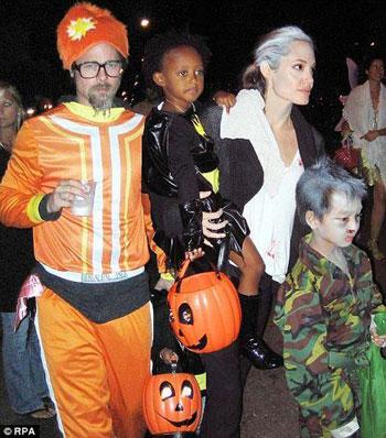 Семейство Питта и Джоли в Хэллоуин. Фото: Daily Mail.