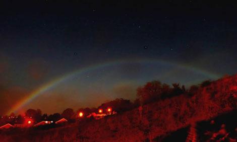 Радуга среди ночи выглядит весьма мистически.