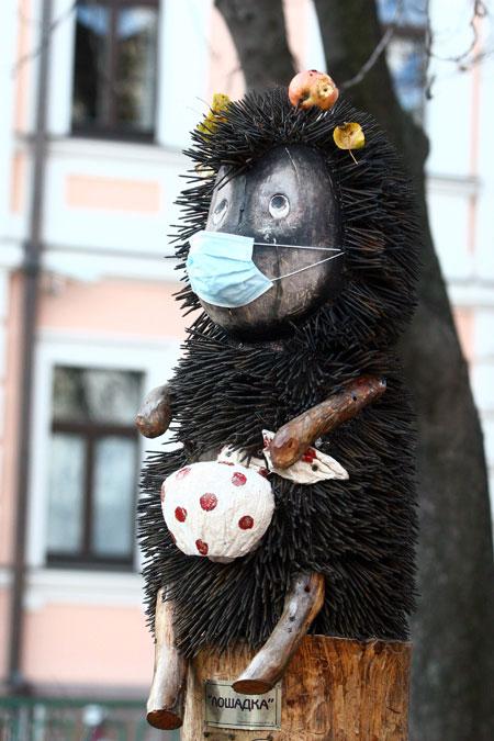 Несмотря на страх перед эпидемией, киевляне не теряют чувства юмора.