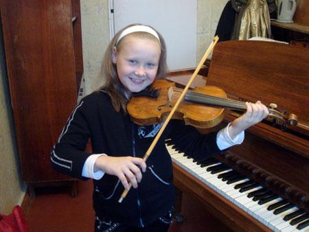 Юная скрипачка хочет пригласить Приходько в гости, но та не идет.