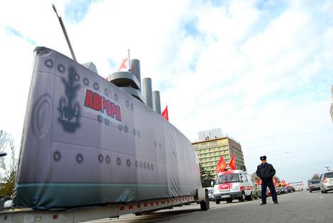 Корабль несколько часов возили по городу.