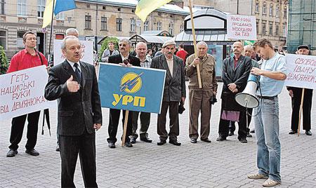 Главный защитник Демьянюка Ростислав Новоженец (на фото слева) и его единомышленники пикетируют немецкое консульство во Львове.