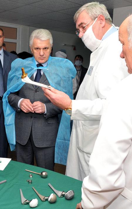 Уникальная разработка украинских медиков – искусственные суставы – произвела сильное впечатление на Владимира Литвина.