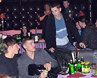 10 ноября, 21.30. ...а затем отправились в ночной клуб «Рай». На фото (слева направо): Андрей Аршавин, Игорь Денисов и Владимир Быстров.