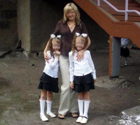 Катя и Даша с мамой. Фото: odnoklassniki.ru.
