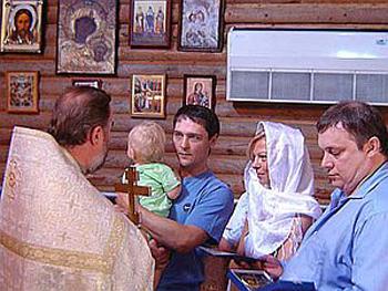 Во время крещения младшего Шатунова в Сочи в сентябре 2007 года. Юрий с женой и сыном. Крестным отцом маленького Дениски стал Андрей Разин.