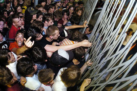 Массовый психоз приводит к тому, что человек теряет индивидуальность. Фото с сайта skater.ru