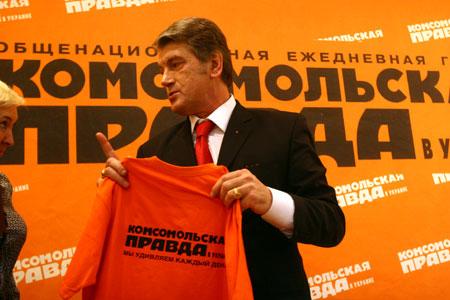 - Предыдущую футболку от «КП» (мы подарили ее еще в 2000 году) я все время надевал на дачу - и она сносилась, - сказал глава государства.