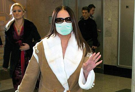 София Ротару задала моду среди звезд. Певица первой спряталась под маской. Фото журнала «Тайны звезд».