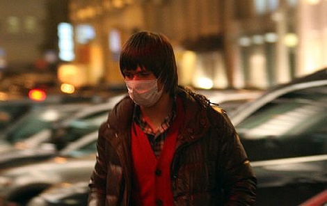 Вернувшись с гастролей по Украине, Стас Пьеха поддался панике и не выходит теперь из дома без марлевой повязки.