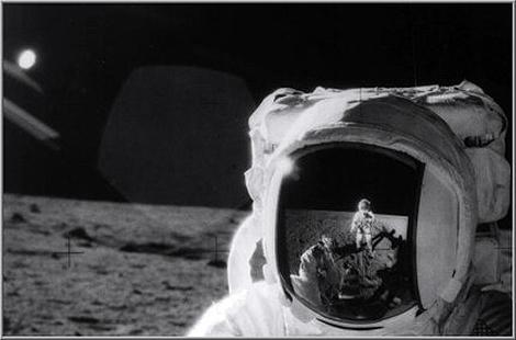Армстронг отражается в шлеме Олдрина. А кто снимает? Армстронг-то без камеры стоит...