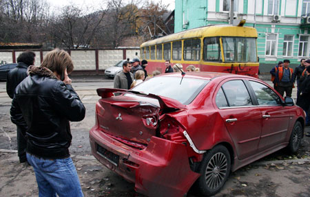 Эта иномарка приняла на себя удар вагона.