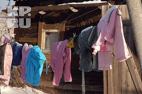 Во дворе так и остались сохнуть детские вещи... Фото: Алексей ЖУРАВЛЕВ.