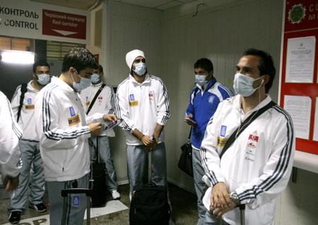 По прибытии в Донецк игроки сборной Греции облачились в защитные маски.