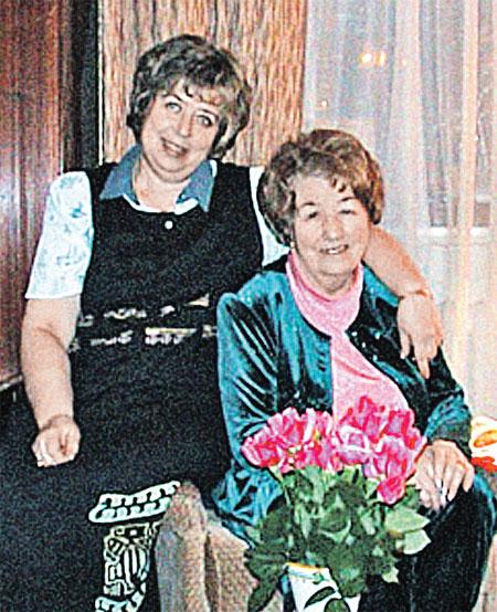 Мама тренера Нина Григорьевна (справа) переживает за состояние здоровья дочки Гали (слева).