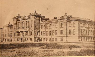 Старое здание было одним из красивейших в городе.
