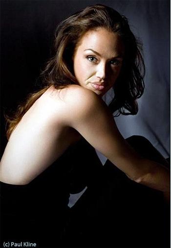 В двойнике Джоли все-таки угадывается некое несоответствие. Но это только если знать, что на фото не Энджи, а Тиффани. Фото: fashion.i-rus.ru.