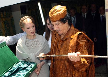 Для ливийского лидера Леди Ю приготовила особый подарок - старинную саблю ручной работы.